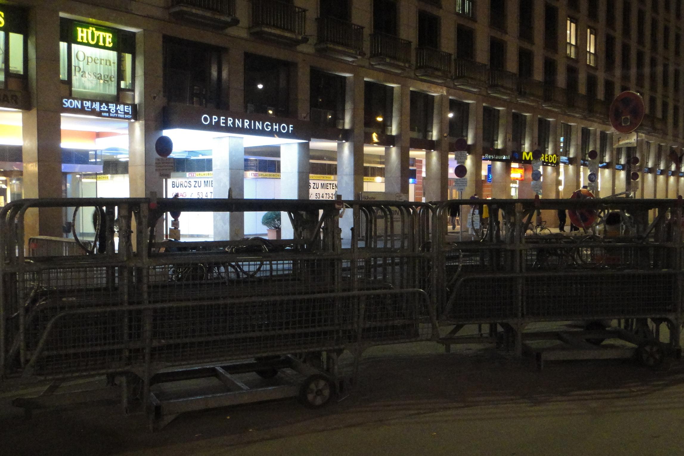 Everything is prepared for closing off the city tonight / Es ist schon alles fertig, um am Abend die Stadt abzusperren