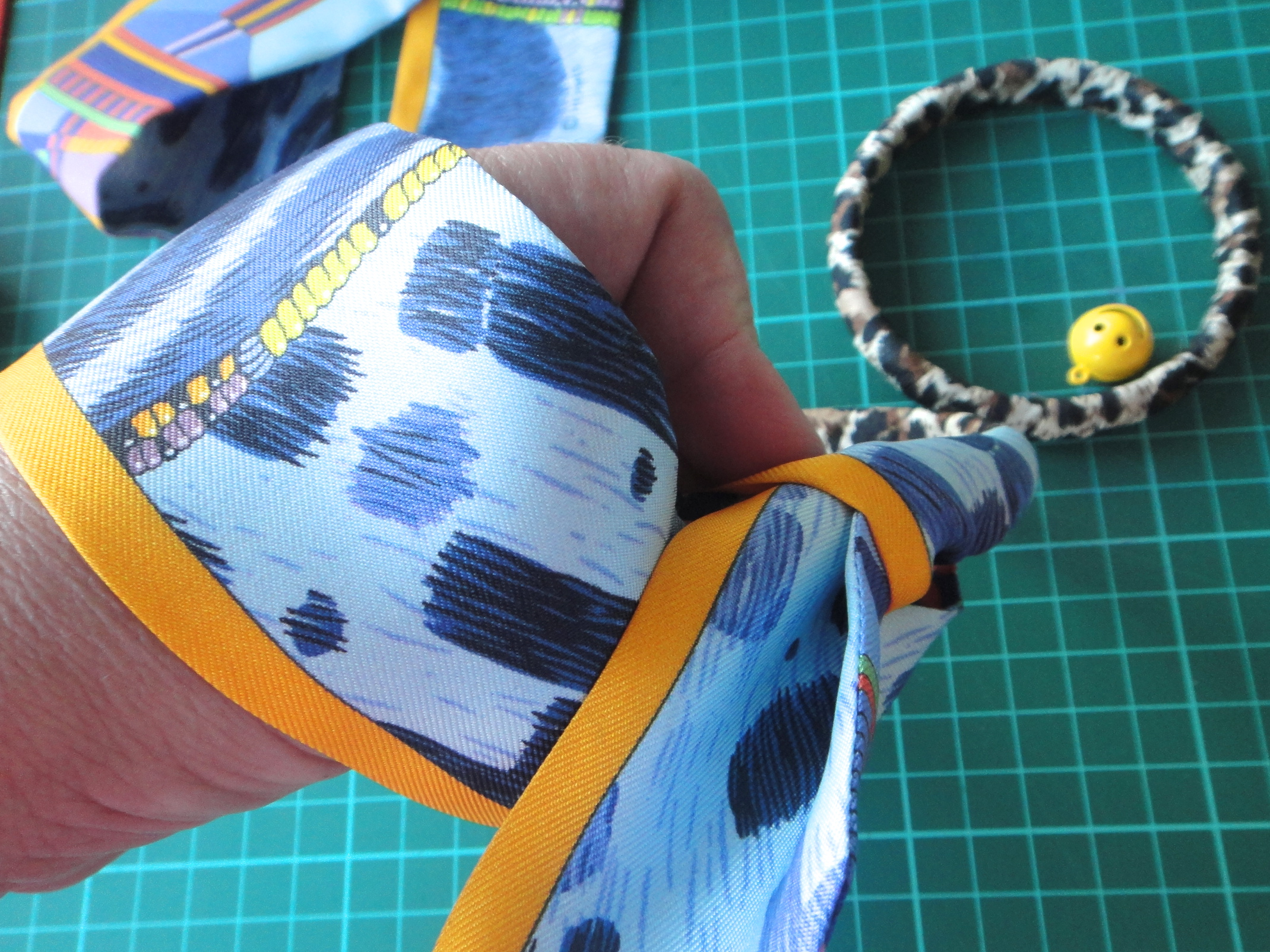 Wrapping Pelages et Camouflages around a bangle