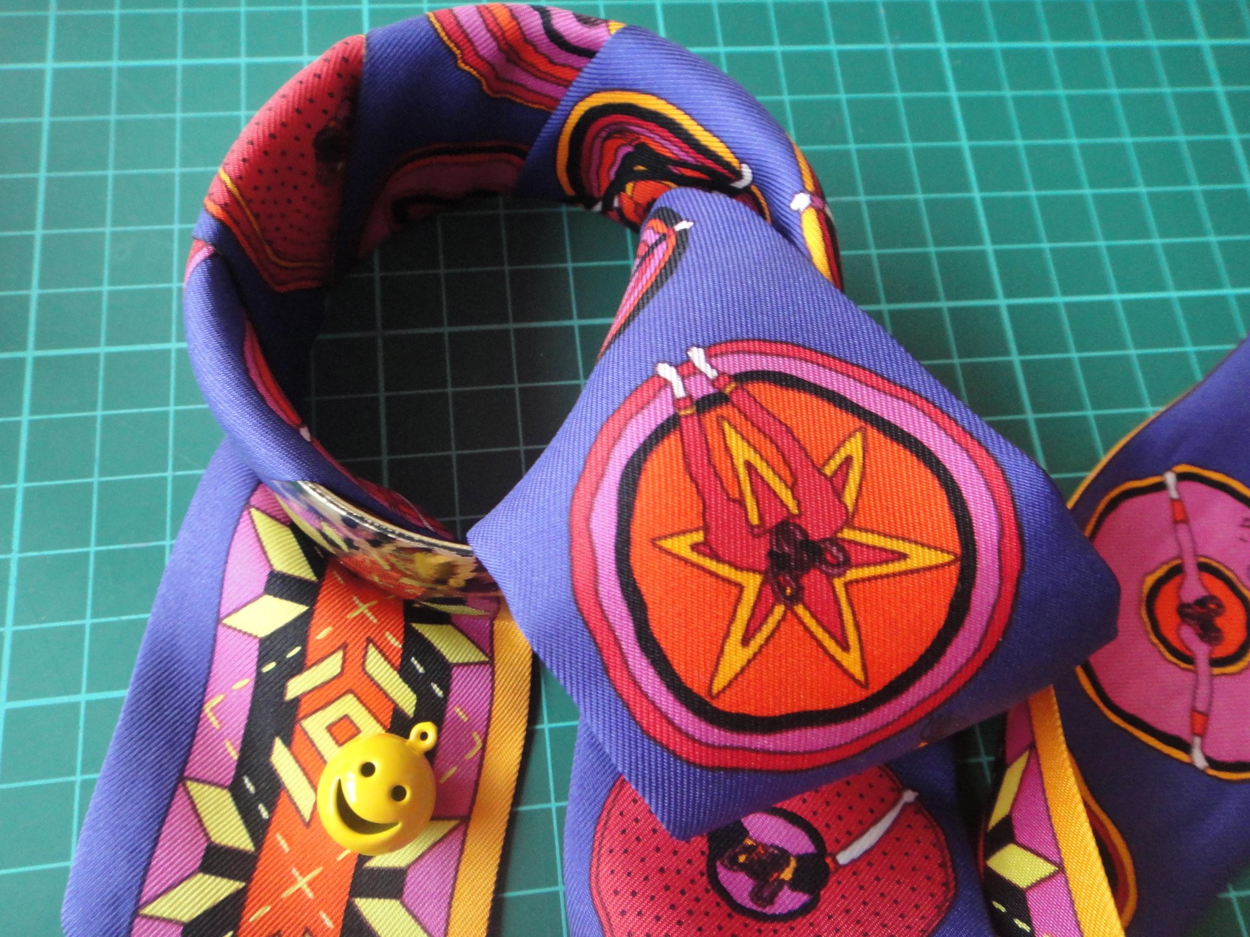 Umwickeln eines Armreifs mit Hermès Twilly