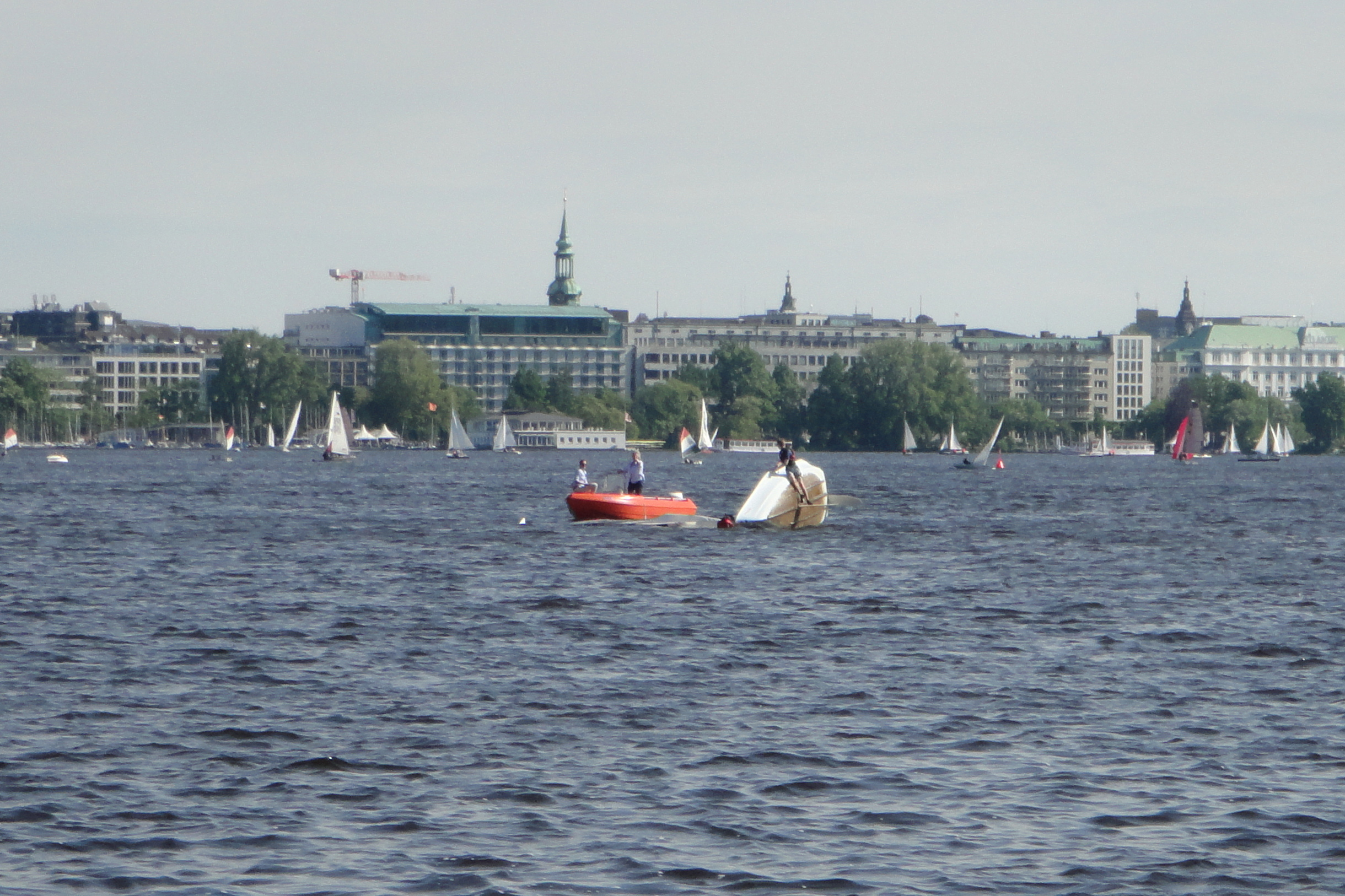 capsized sail boat / gekentertes Segelboot