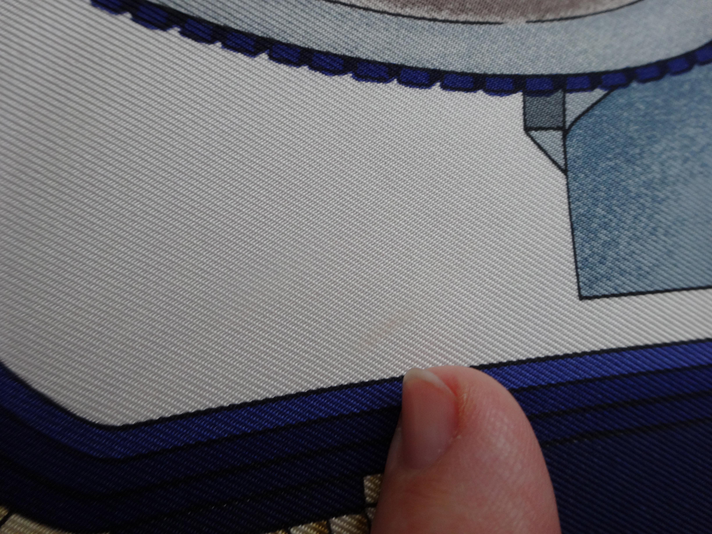 Detail mark, right corner of scarf - kl. Fleck im Detail, rechte Ecke d. Tuches