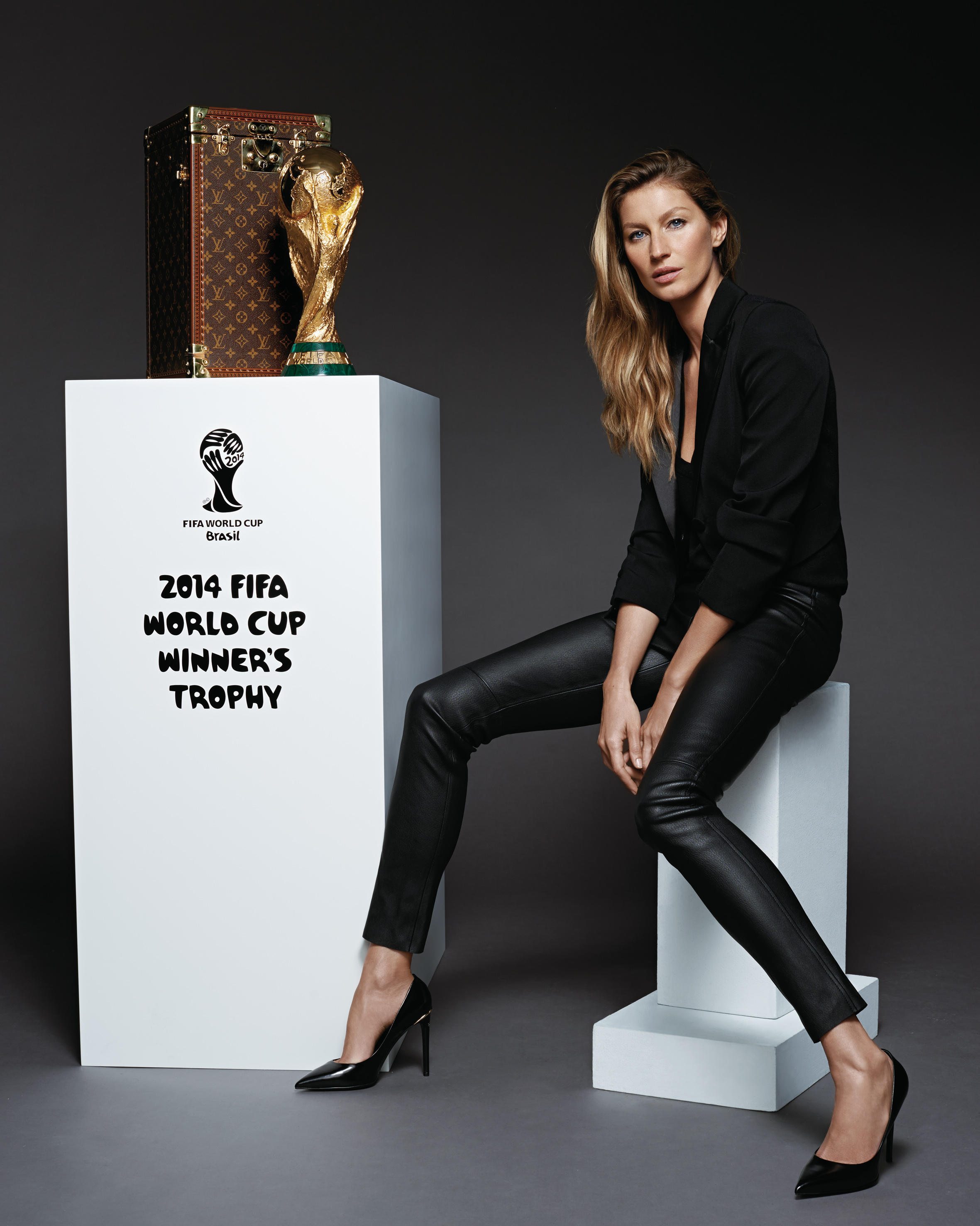 © Louis Vuitton Malletier - Kevin O'Brien - Gisele Bündchen & Louis Vuitton Trophy Case