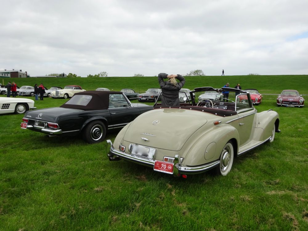 dark green Mercedes-Benz Pagode and cream colored 300 S Roadster