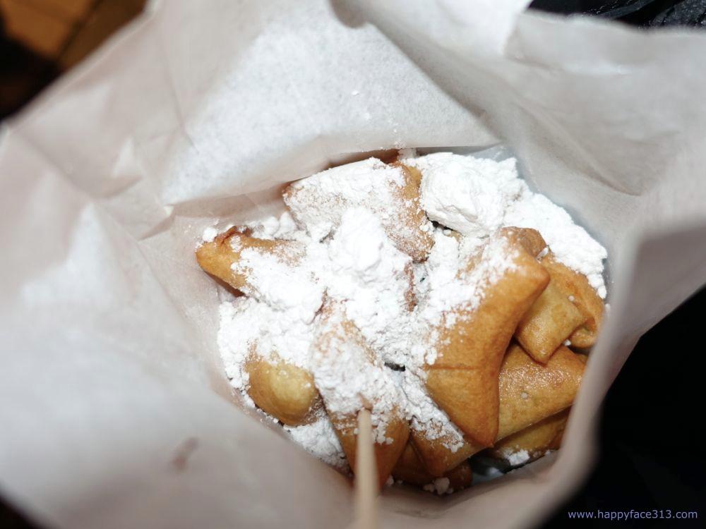 "frisches Schmalzgebäck / freshly made little ""donut"" cakes"