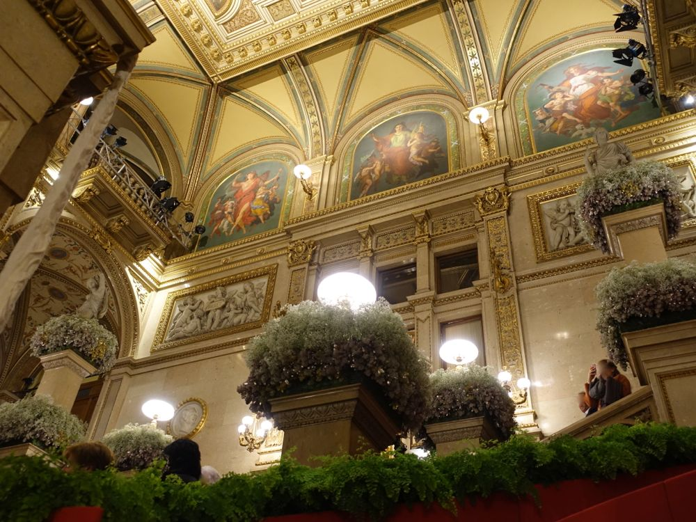 Opera - fully decorated staircase / dekoriertes Stiegenhaus der Oper