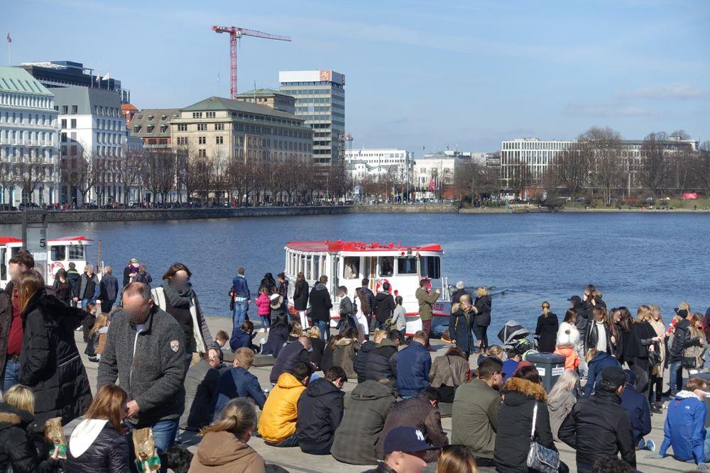 Eine Fahrt mit dem Alsterdampfer? / A boat ride with an Alster steamer?