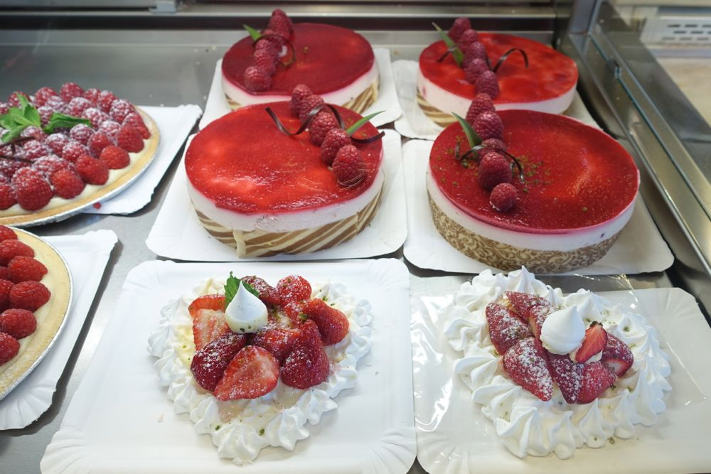beautifully decorated and tasty cakes