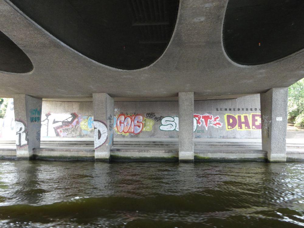 Graffiti unter einer Brücke / Graffiti under a bridge