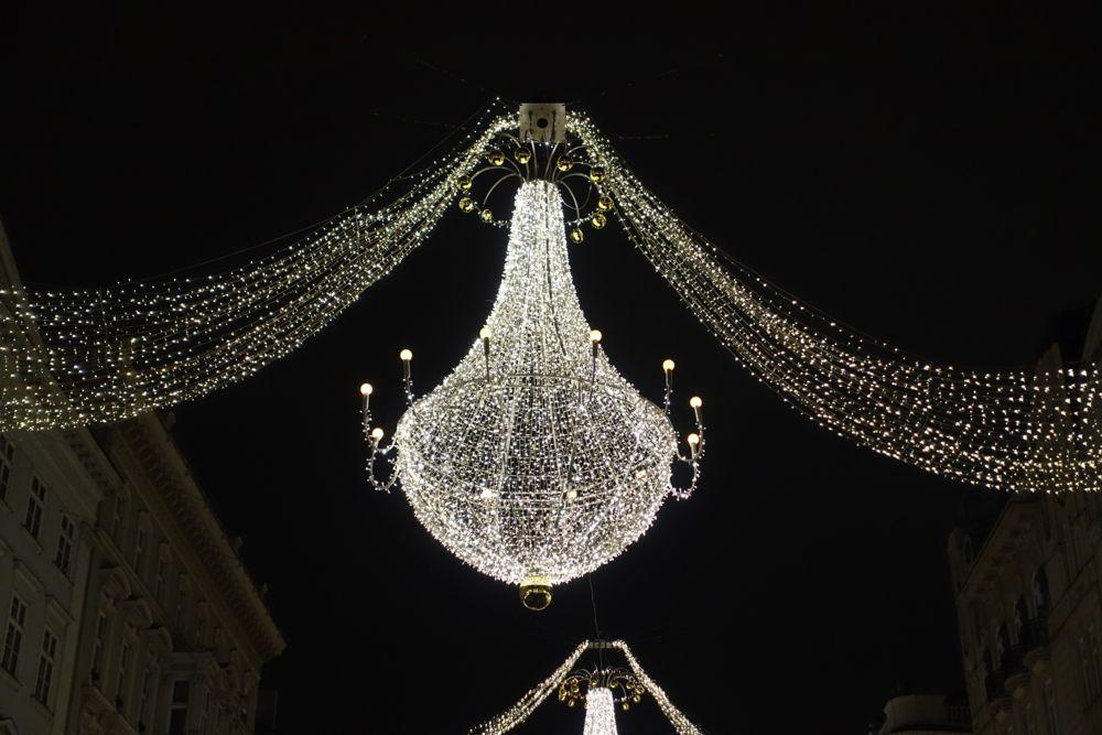 HappyFace-Kronleuchter-am-Graben-Adventszeit
