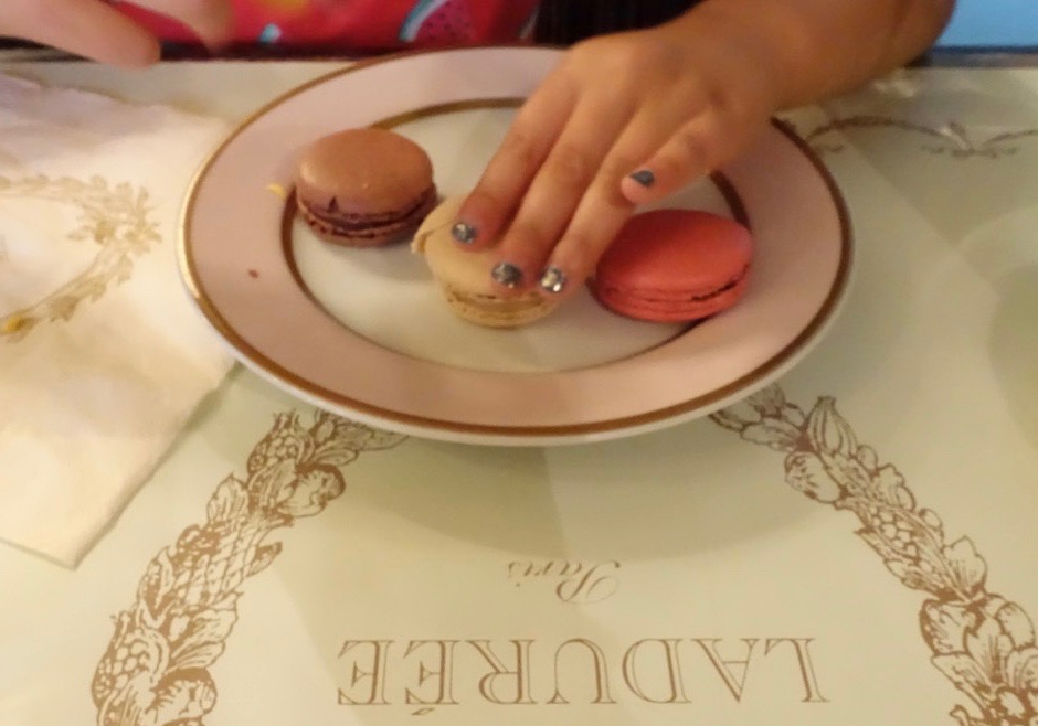 Laduree-macarons-HappyFace313
