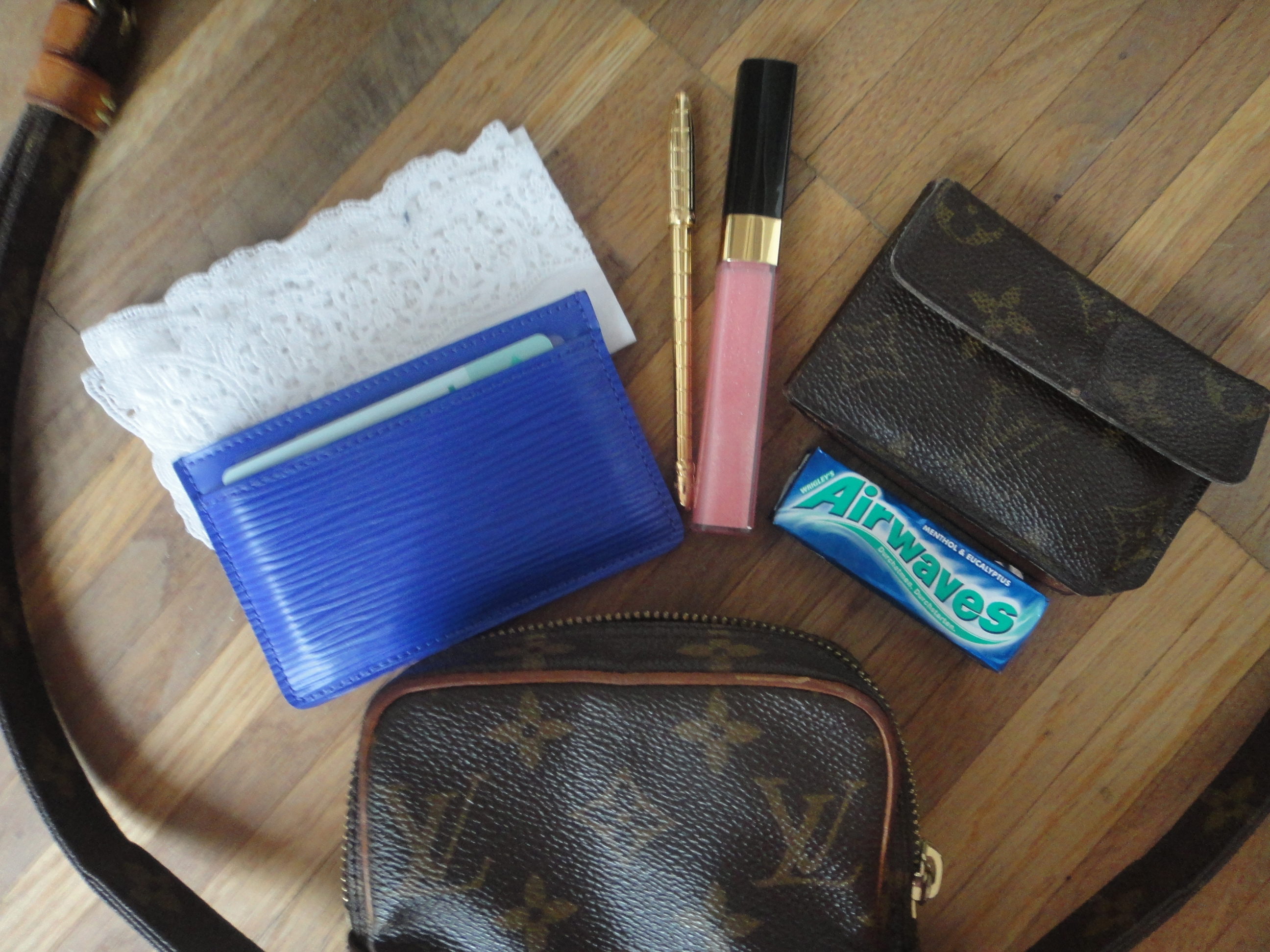 Handkerchief, LV Epi card holder, LV pencil, lip gloss, LV wallet, gum.Taschentuch, LV Epi Kartenetui, LV Drehbleistift, Lipgloss, Monogram Portemonnaie, Kaugummi