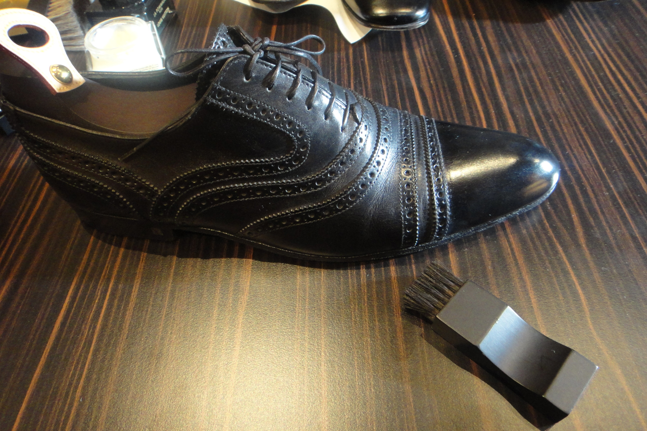 shoe polishing - Louis Vuitton - Schuhe putzen