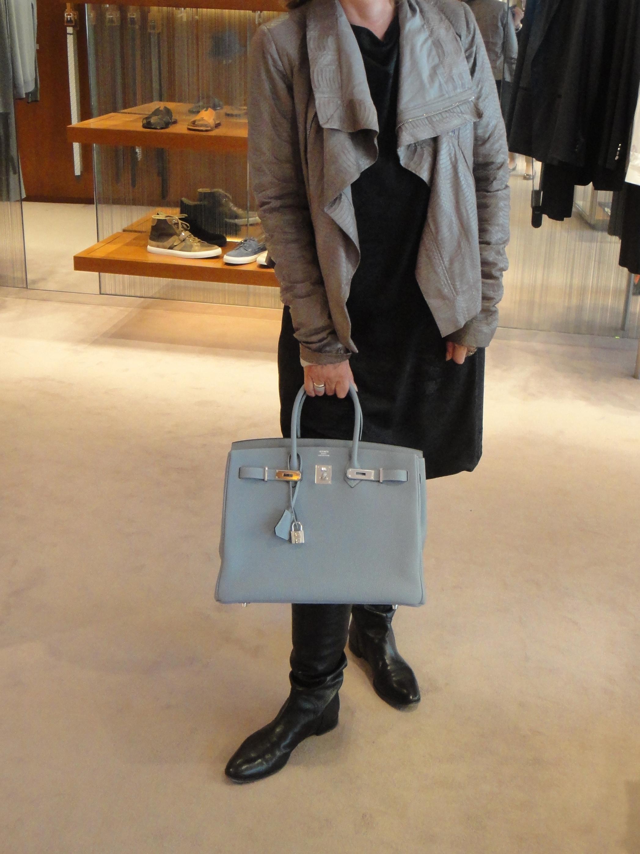 T sporting her new bag / T stellt Ihre neue Tasche vor