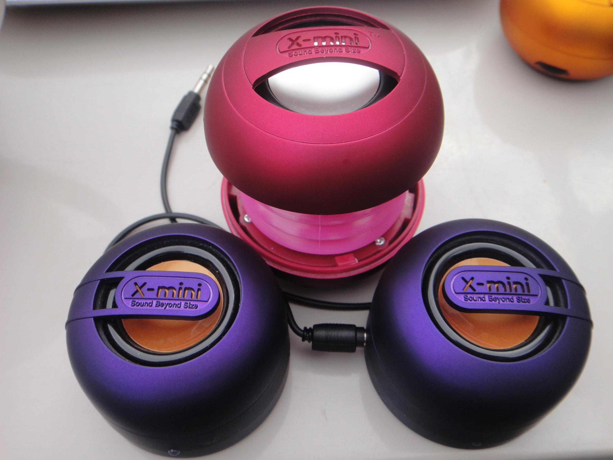 pink x-mini UNO (mono) & purple x-mini MAX (stereo) speakers / Lautsprecher