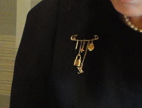 wearing my pin in Hamburg / meine Brosche in Hamburg  tragend