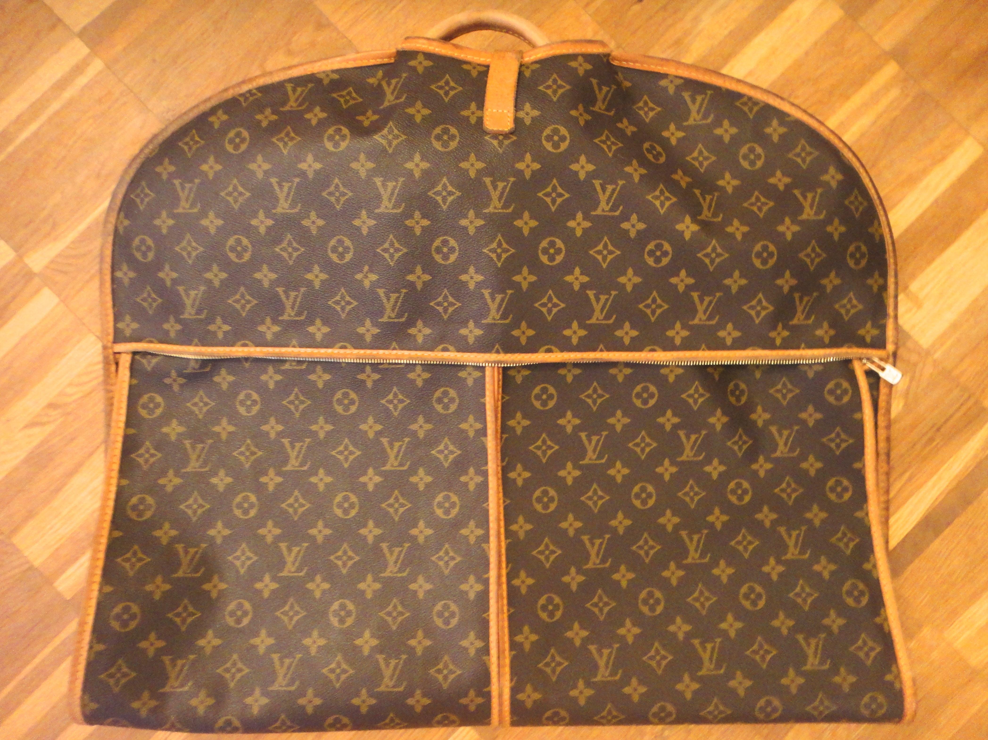 folded garment bag / gefalteter Kleidersack