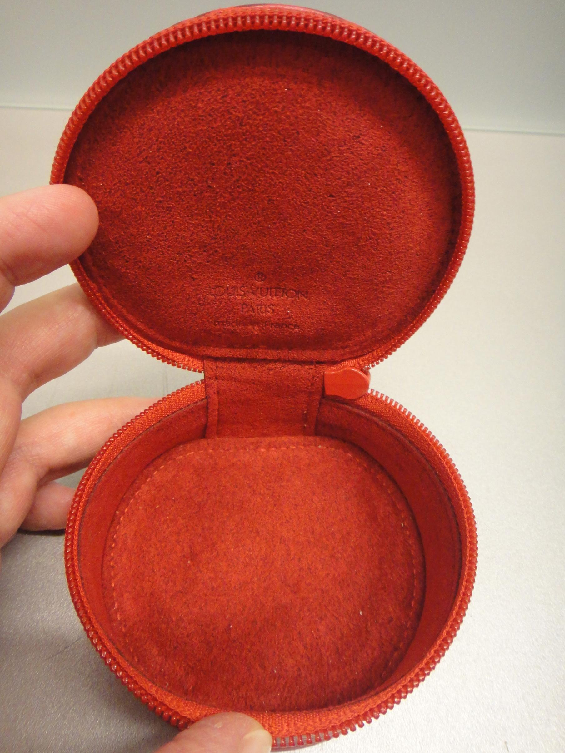 inside small jewelry box / das Innere der kleinen Schmuckschatulle