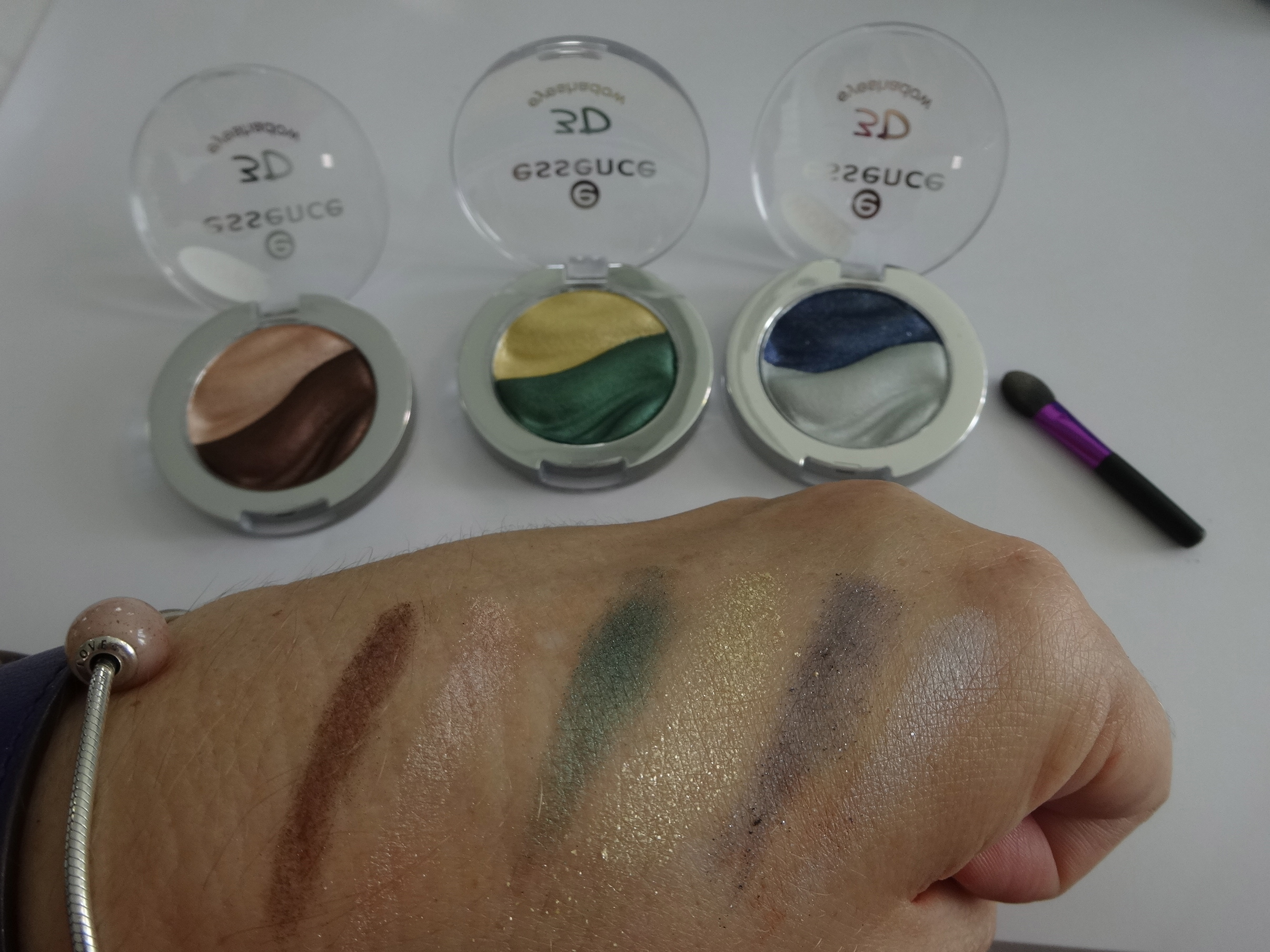 essence 3D eyeshadow 03 choco cupcake, 02 brazilian sun, 09 midnight date