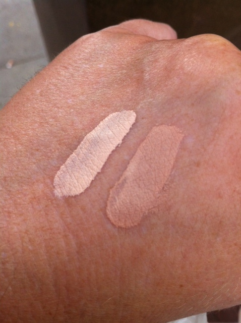 links Concealer Nr. 10, rechts Foundation Nr. 10
