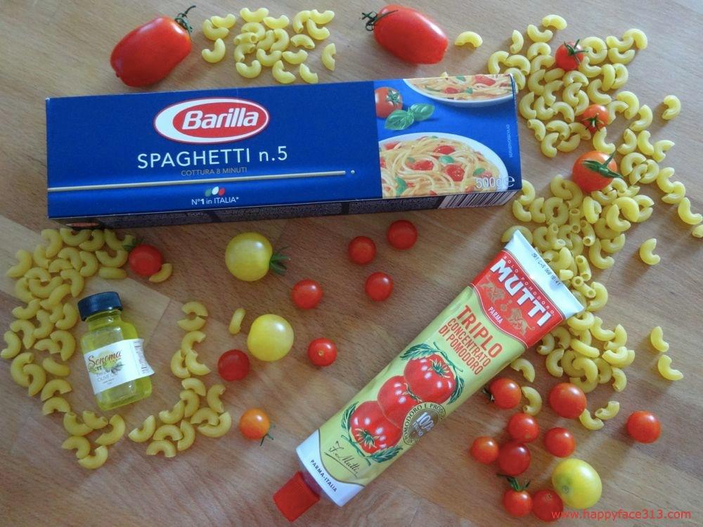 italienische Spaghetti, Tomatenmark und Olivenöl
