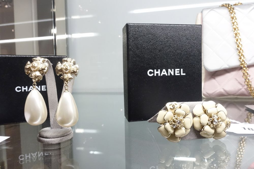 CHANEL Vintage Auktion Dorotheum - Lot 22 Ohrclips + Lot 18 Kamelien Clips