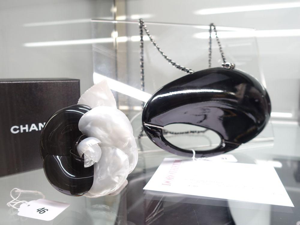 CHANEL Auktion im Dorotheum Brosche & Tasche
