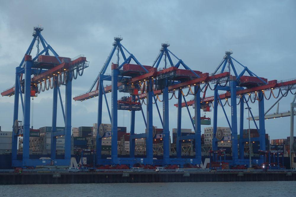 Kräne bewegen die Container