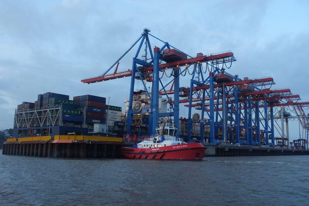 Größenverhältnisse - Barkasse, Container, Kräne