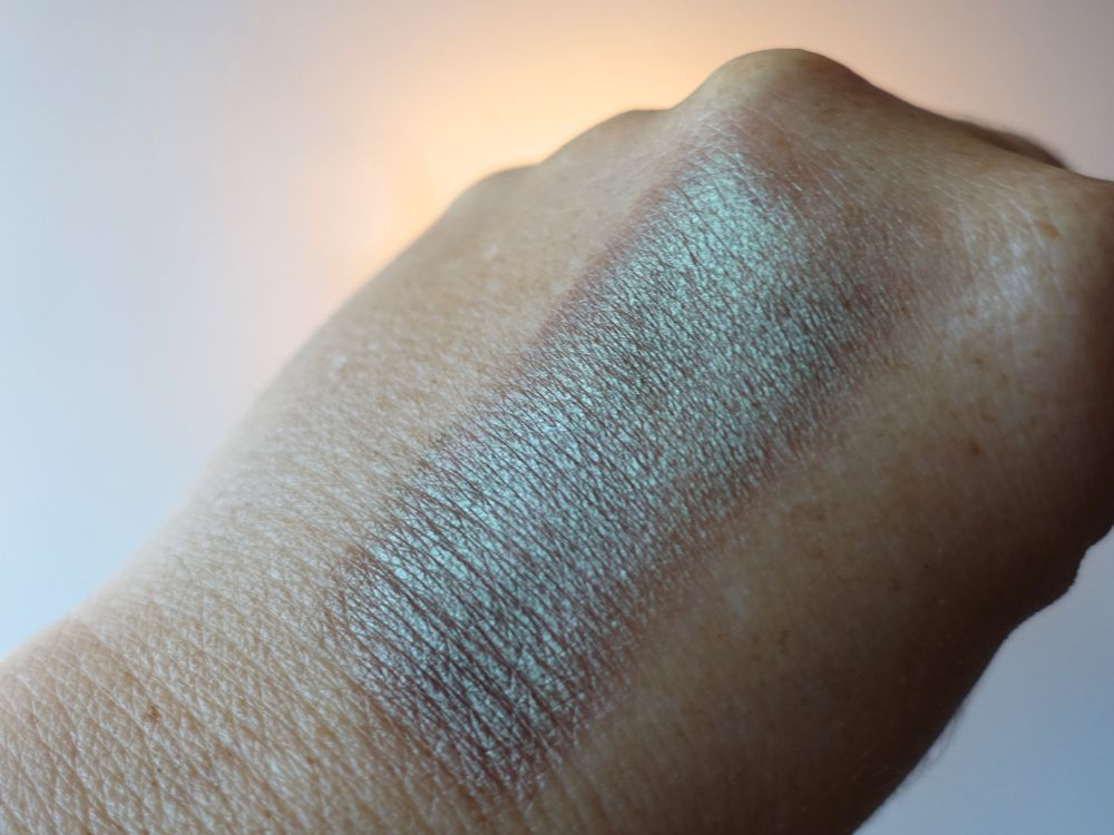 Swatch: essence eyeshadow 01 you can, toucan, exit to explore